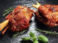 Рецепта Печен свински джолан с бяло вино и подправки на фурна